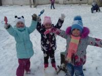 Зимние забавы и зимние игры на улице в детском саду.
