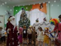 """День чудесный настаёт,  К нам приходит Новый год!  Праздник смеха и затей,  Праздник сказки для детей! группа """"Теремок"""""""