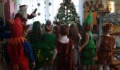 """Под ногами снег хрустит, В гости Дед Мороз спешит, Мы его так сильно ждём, С ним станцуем, и споём! группа """"Солнышко""""."""